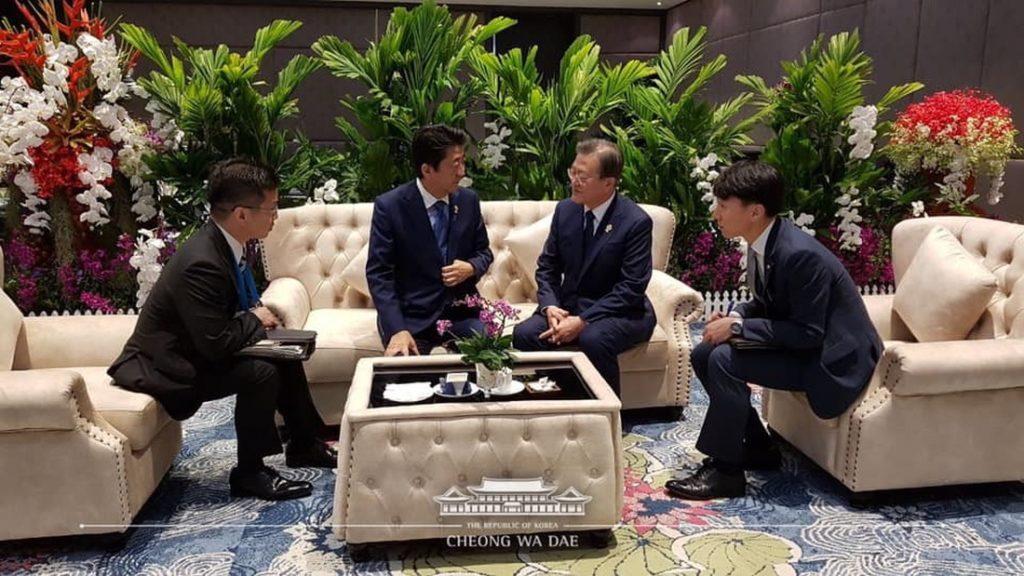 「青瓦台は「ソファ対話」の写真載せたが…日本外務省ホームページからは「文」排除」の画像検索結果